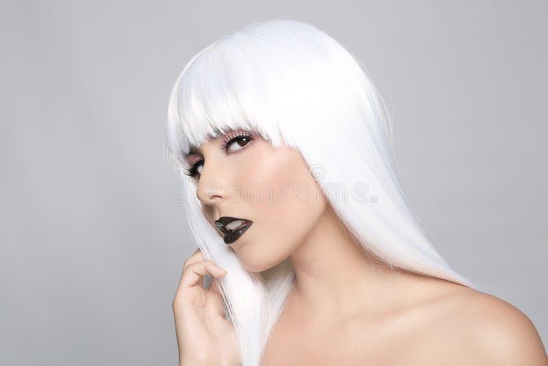 Модная красивая женщина нося введенный в моду крупный план парика стоковое фото