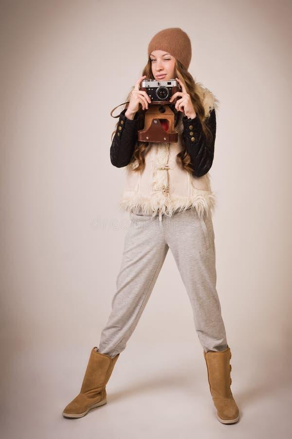 Модная маленькая девочка с старой камерой стоковая фотография rf