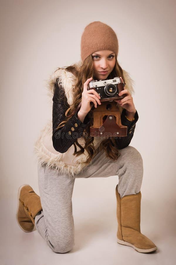 Модная маленькая девочка с старой камерой стоковые изображения rf