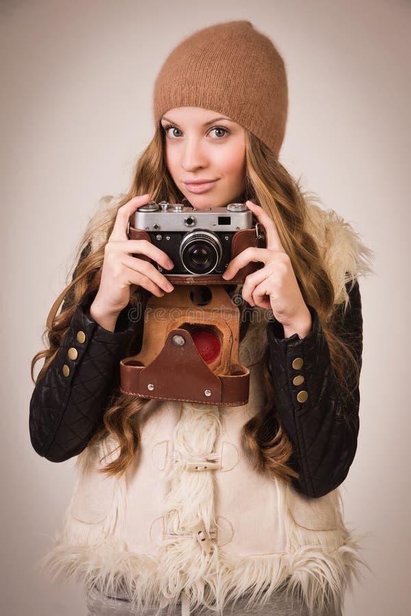 Модная маленькая девочка с старой камерой стоковое фото rf