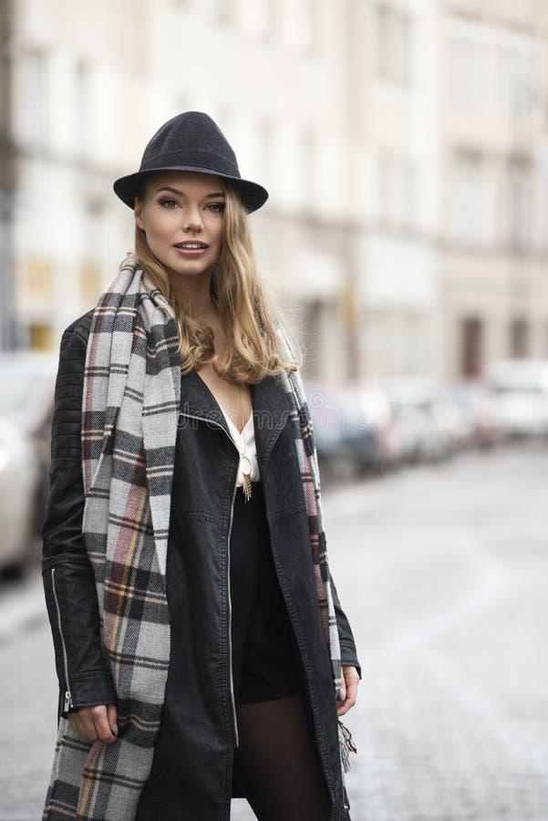 Модная съемка городской женщины с веснушками стоковые фото