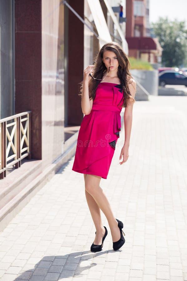 Модная усмехаясь маленькая девочка стоковая фотография rf