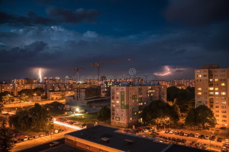 Молнии над жилым массивом Шторм ночи в городе стоковые фотографии rf