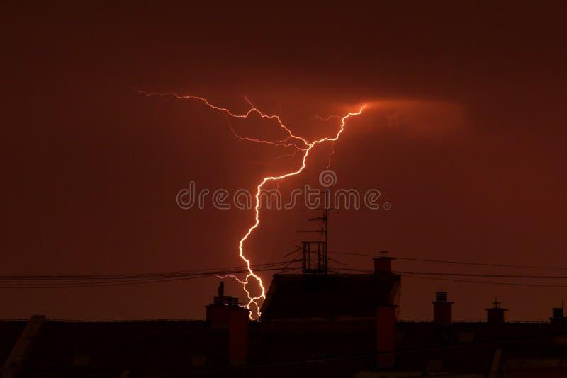 Молния грома над крышами города стоковая фотография rf