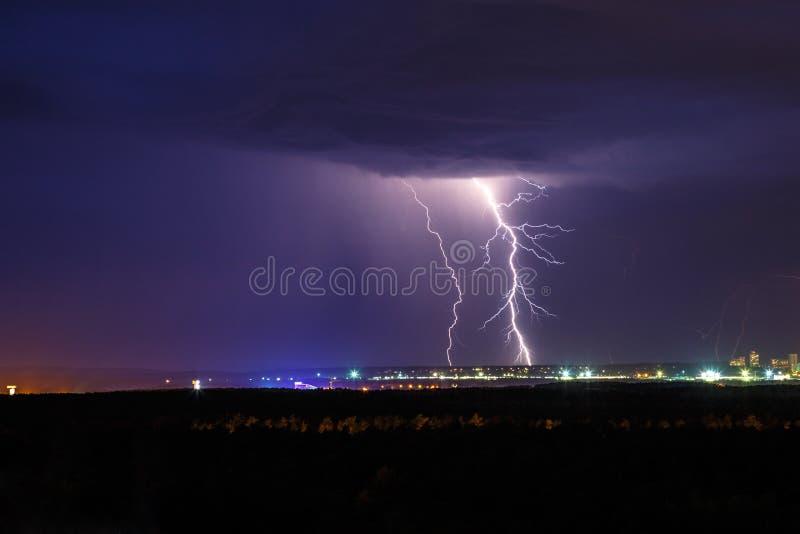 Молния грома ночи над небом города стоковое изображение
