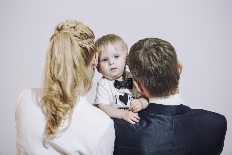 Модно одетая семья, папа, мама и дочь стильная и стоковое фото
