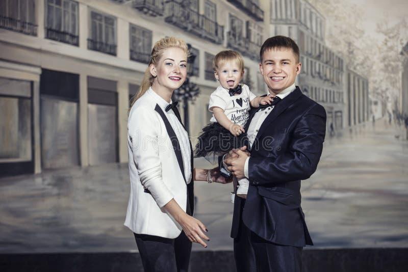 Модно одетая семья, папа, мама и дочь стильная и стоковые фотографии rf