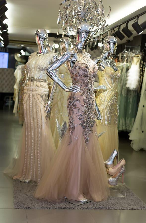 Модные платья вечера на манекенах стоковое изображение