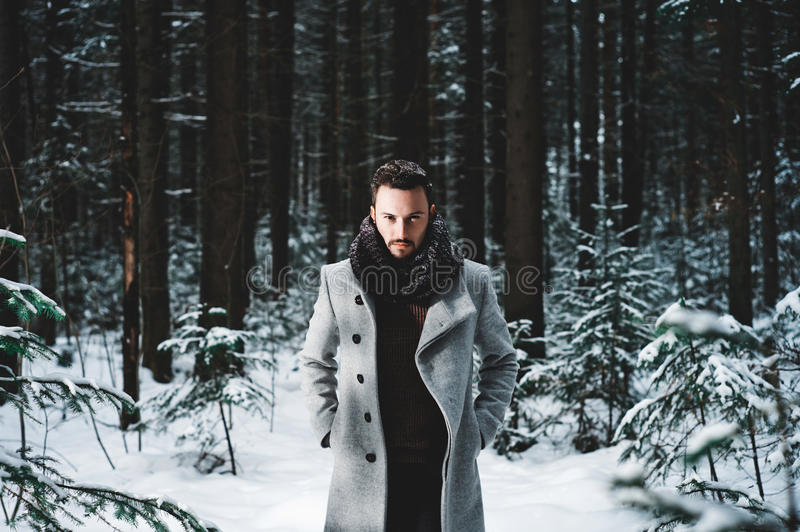 Модный красивый человек в пальто зимы стоковые изображения