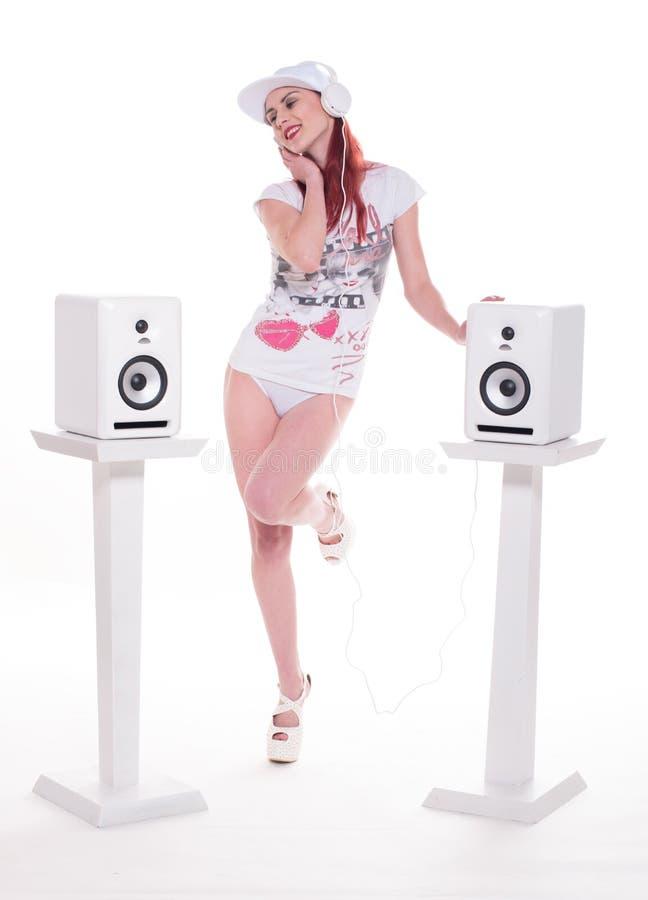 Модный молодой женский слушать к музыке стоковые изображения rf