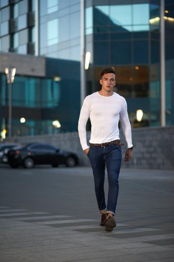 Модный парень город вечера стоковые изображения rf
