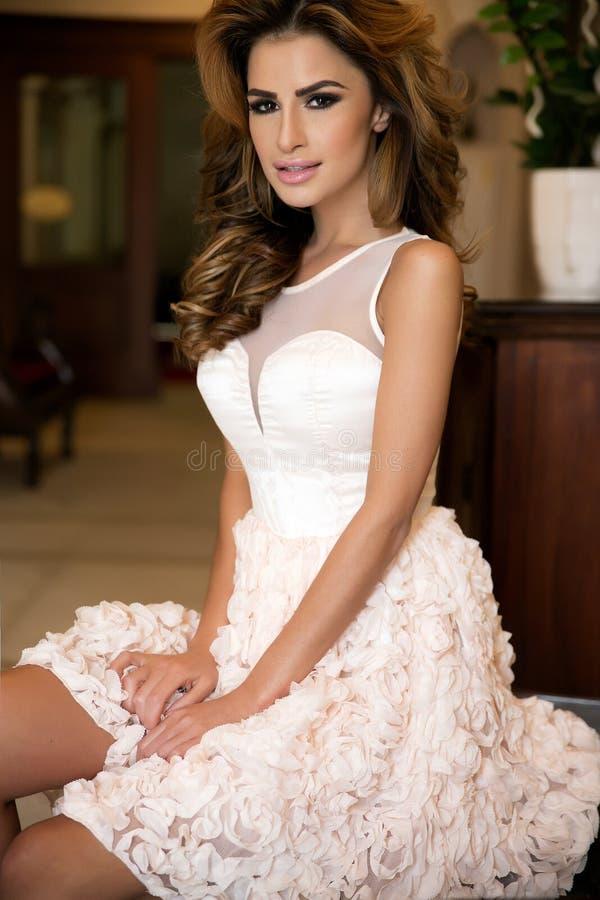 Download Модный представлять женщины брюнет Стоковое Фото - изображение насчитывающей здорово, роскошь: 40589790