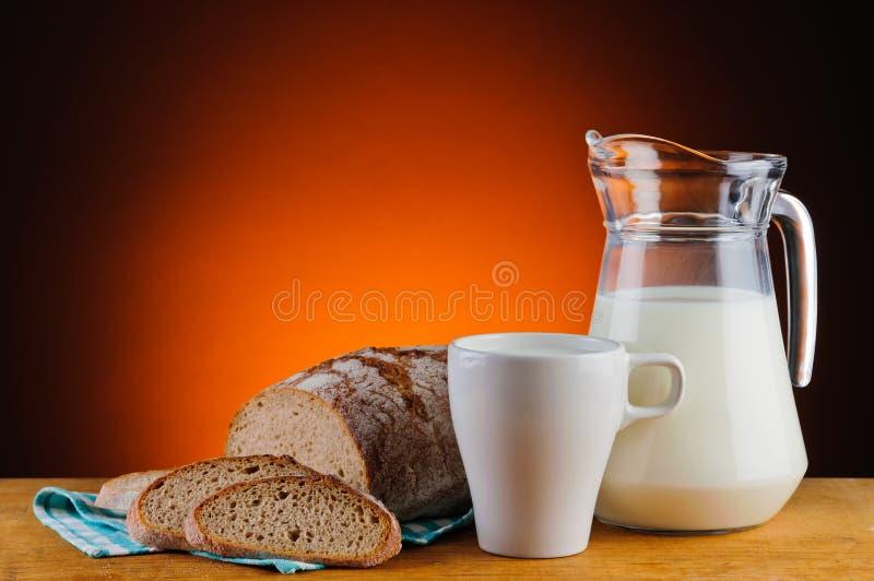 Молоко и хлеб стоковые изображения