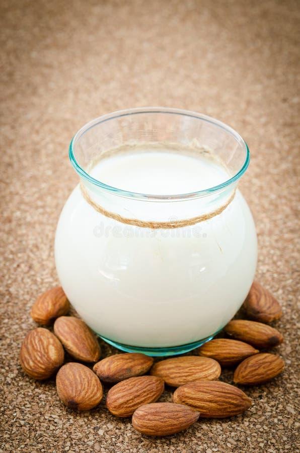 Молоко миндалины с миндалиной стоковая фотография rf