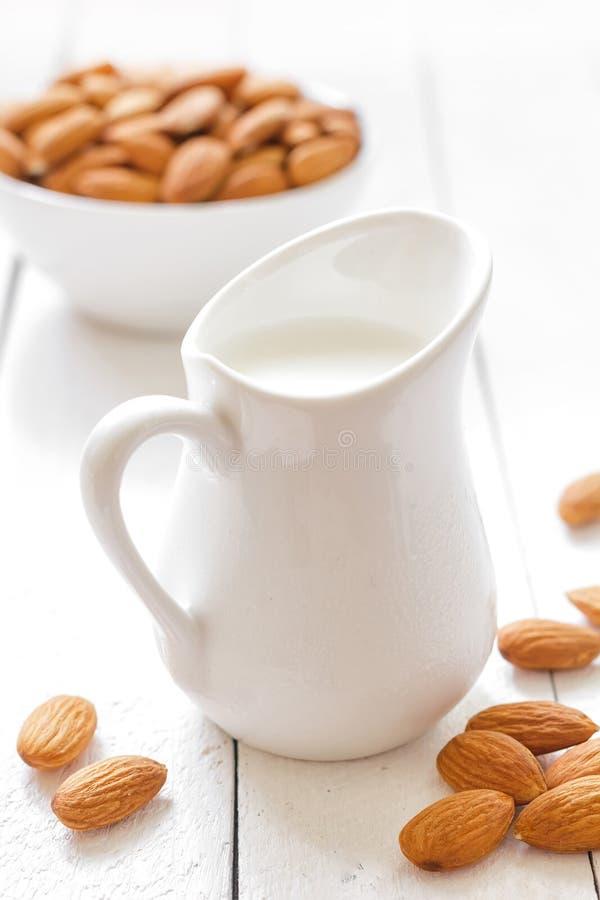 Молоко миндалины стоковое изображение