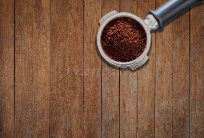 Молотилка кофе в группе на деревянной предпосылке стоковая фотография rf