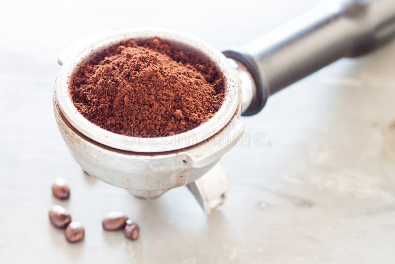 Молотилка кофе в группе с кофейным зерном стоковые изображения rf
