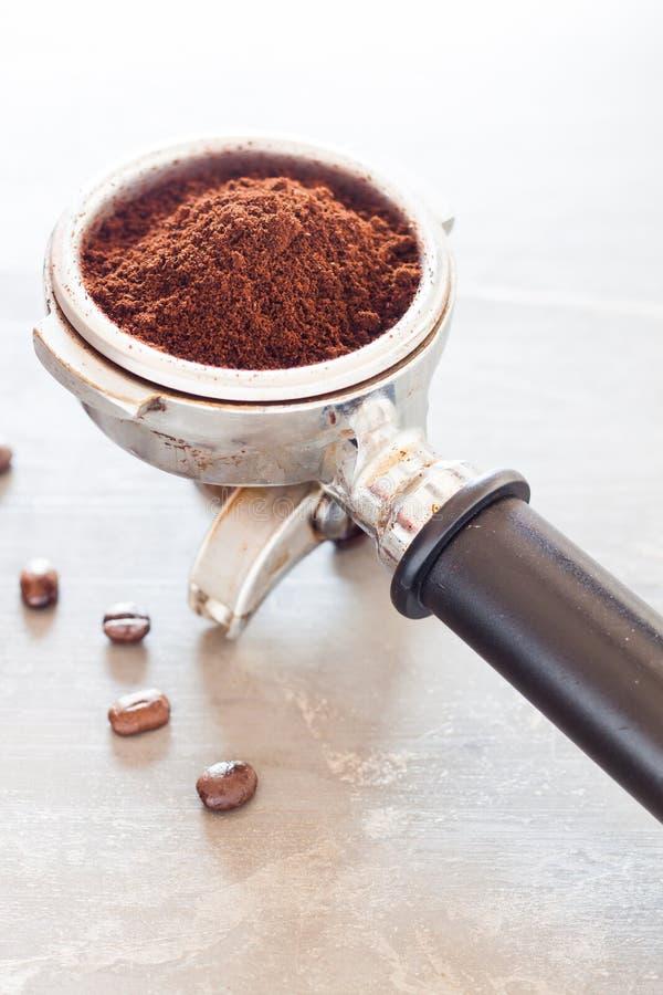 Молотилка кофе в группе с кофейным зерном стоковое изображение