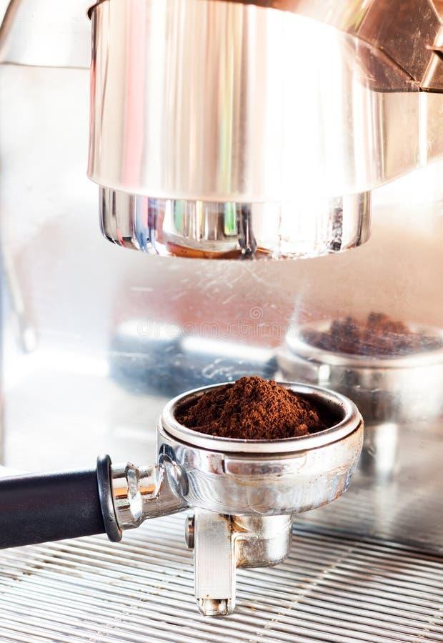 Молотилка кофе в группе с машиной кофе с винтажным стилем стоковые фотографии rf