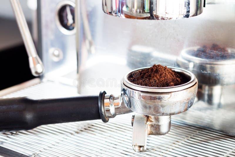 Молотилка кофе в группе с машиной кофе стоковая фотография