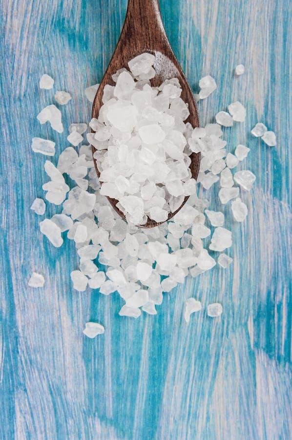 Молотилка соли моря на деревянном свете - ложке голубой затрапезной таблицы деревянной Кухня и косметическое здоровое использован стоковая фотография rf