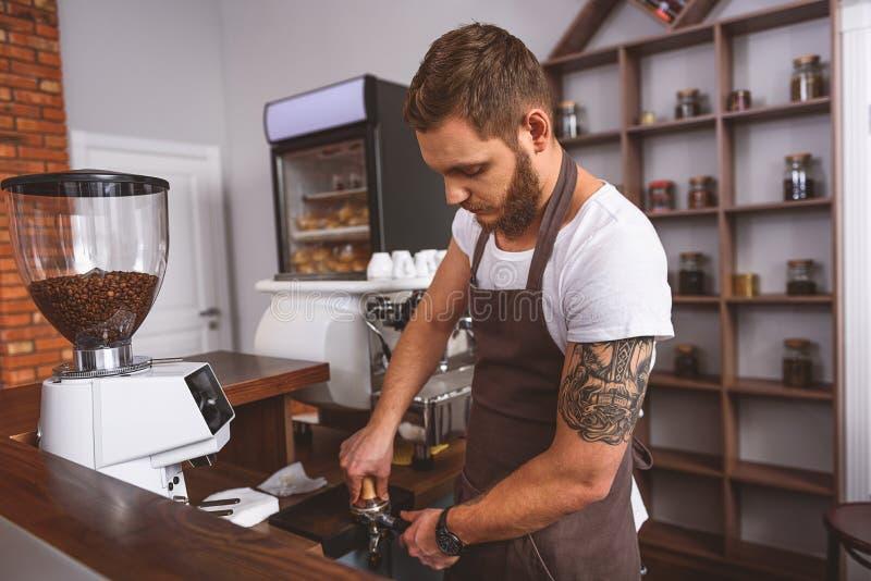 Download Молотилки работника обжимая в Portafilter Стоковое Изображение - изображение насчитывающей оборудование, кафетерий: 81801973