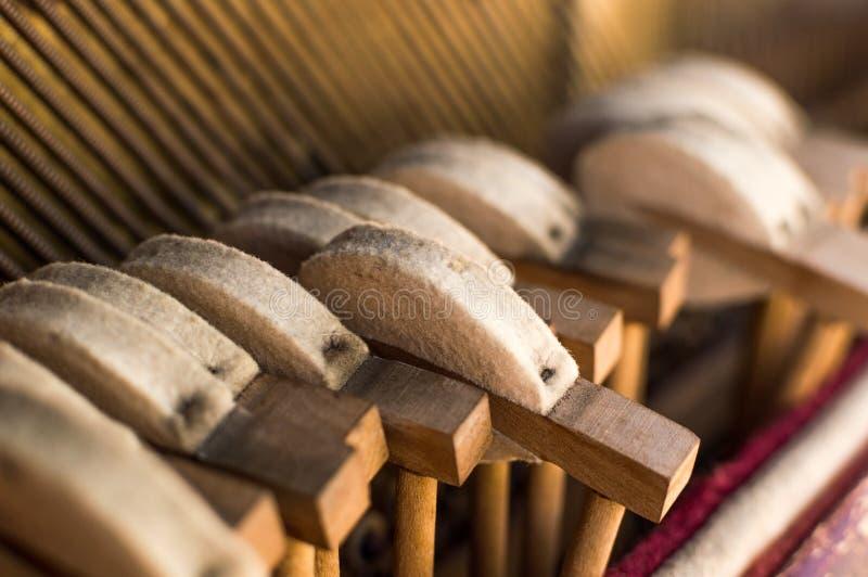 Молотки и строки механика внутри старого рояля стоковые изображения