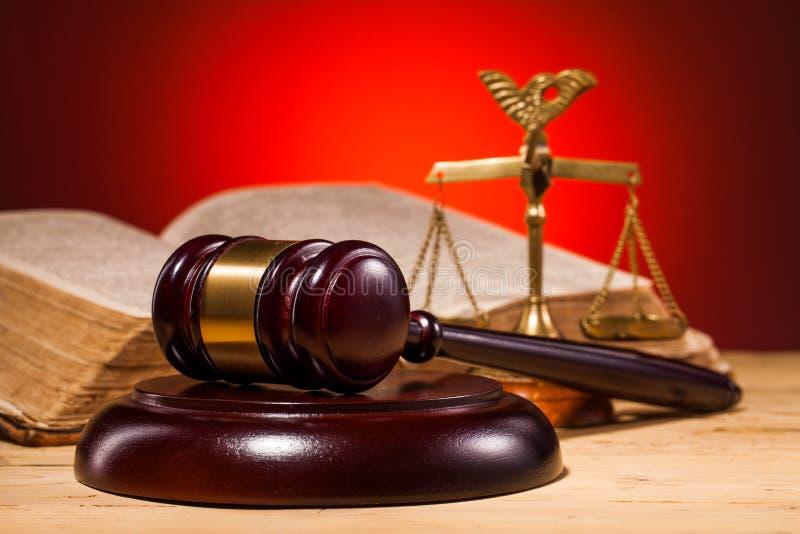 Молоток, весы правосудия и старая книга стоковое фото rf