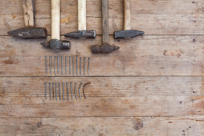 Молоток и ногти на деревянном столе для конструкции, diy, инструментов и улучшения дома стоковое фото