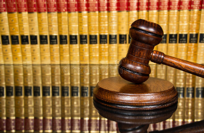 Молоток правосудия с книгами по праву стоковые фотографии rf