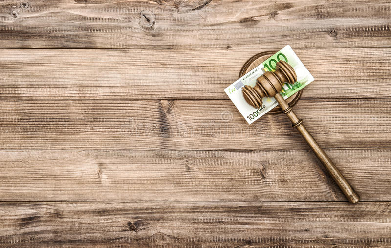 Молоток судей с банкнотами евро Молоток аукциониста стоковая фотография