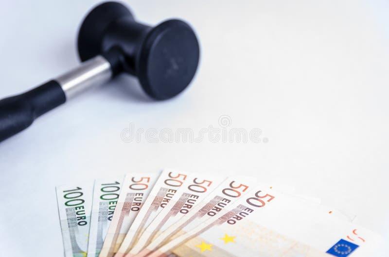 Молоток судьи и стог денег евро стоковая фотография rf