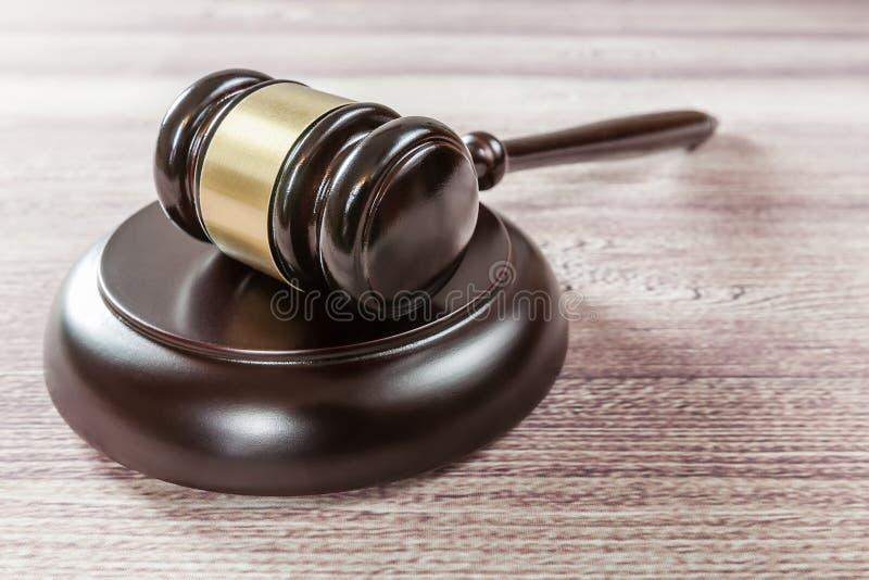 Молоток судьи на коричневом деревянном столе стоковые фотографии rf