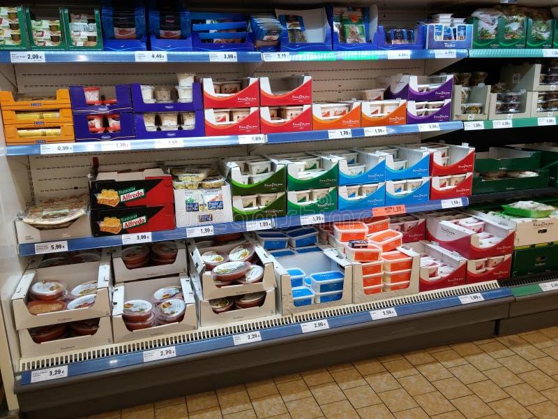 Молочные продукты в супермаркете стоковое фото rf