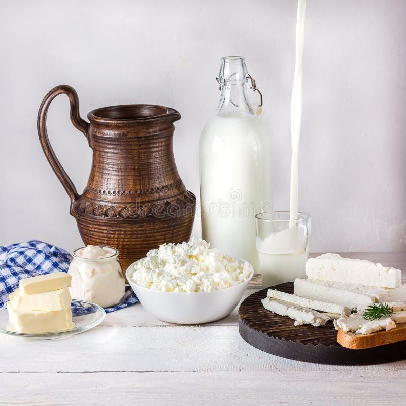 Молочные продучты на белом деревянном столе стоковые фото