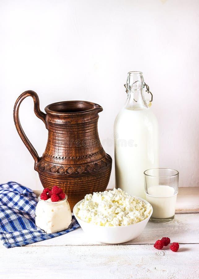 Молочные продучты на белом деревянном столе стоковые изображения