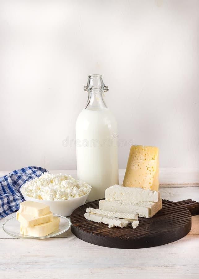 Молочные продучты на белом деревянном столе стоковое фото rf