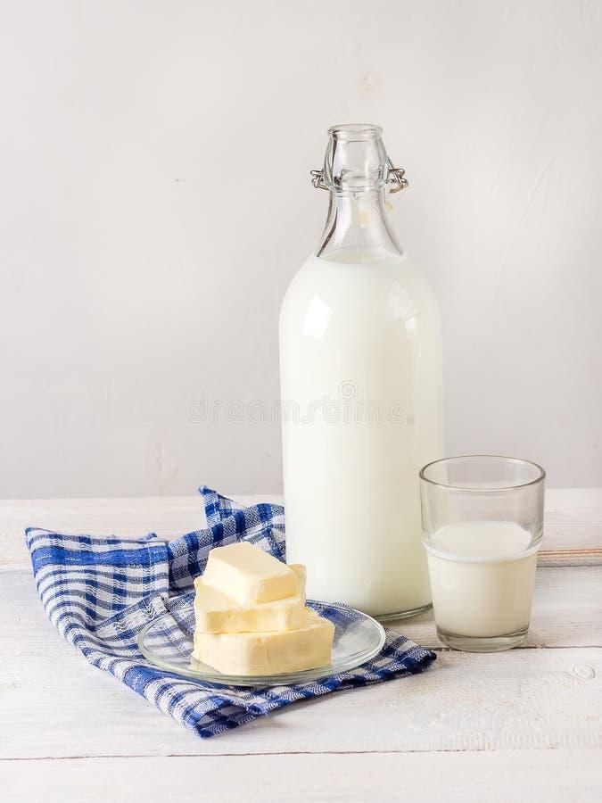 Молочные продучты на белом деревянном столе стоковая фотография