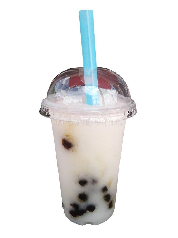 Молочный коктейль сока кокоса в пластичном стекле на белой предпосылке стоковые изображения rf