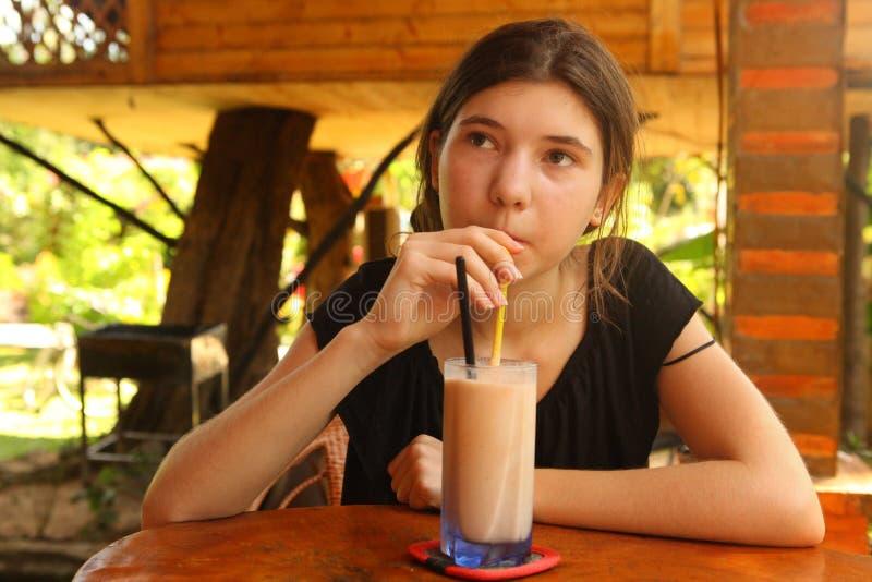 Молочный коктейль sappodila питья девушки подростка стоковые фото