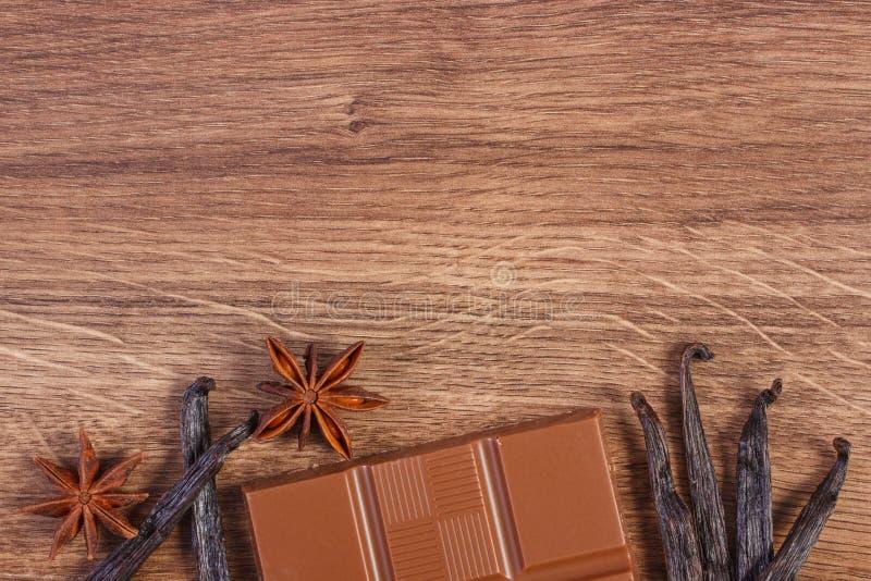 Молочный шоколад, душистые ванильные ручки и анисовка звезды, космос экземпляра для текста стоковое фото