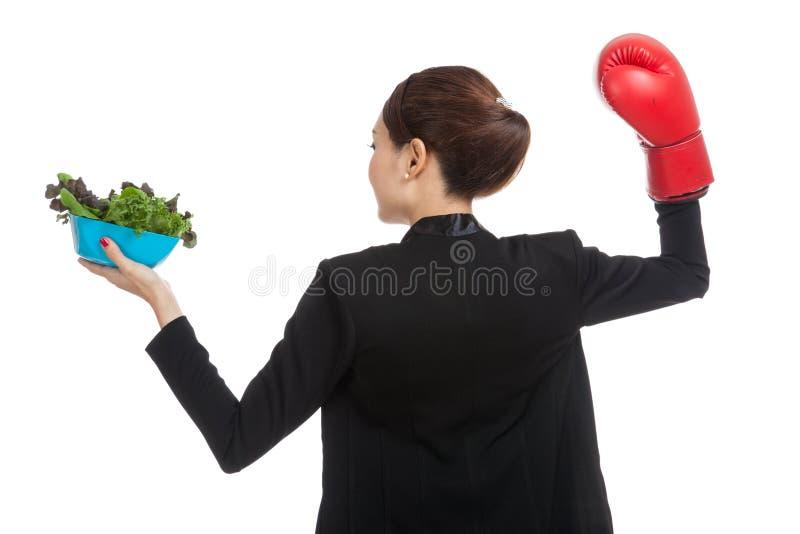 Молодая азиатская бизнес-леди с перчаткой и салатом бокса стоковое фото