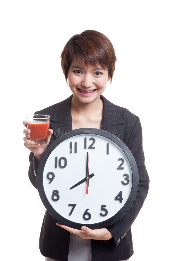 Download Молодая азиатская бизнес-леди с соком и часами томата Стоковое Изображение - изображение насчитывающей плодоовощ, сок: 81812185
