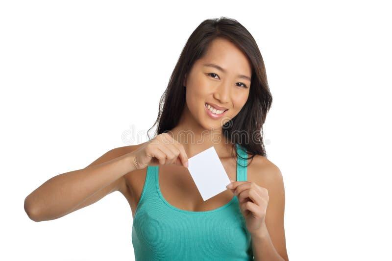 Молодая азиатская девушка держа чистый лист бумаги стоковые изображения rf