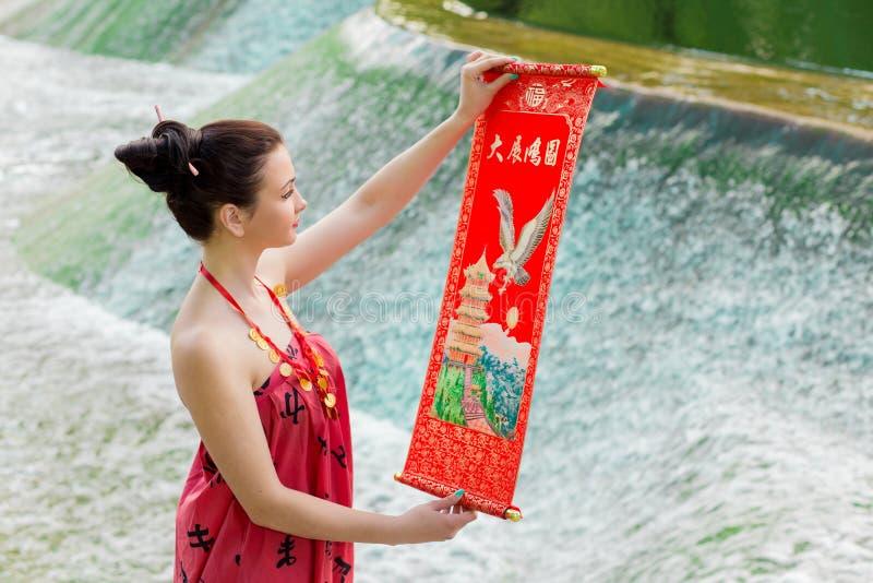 Молодая азиатская девушка идя в национальные одежды стоковое фото