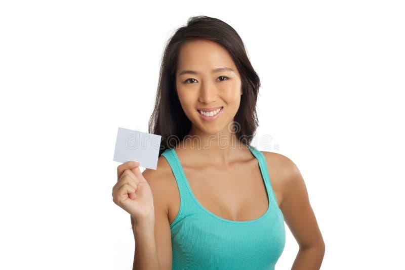 Молодая азиатская девушка показывая чистый лист бумаги стоковое фото rf