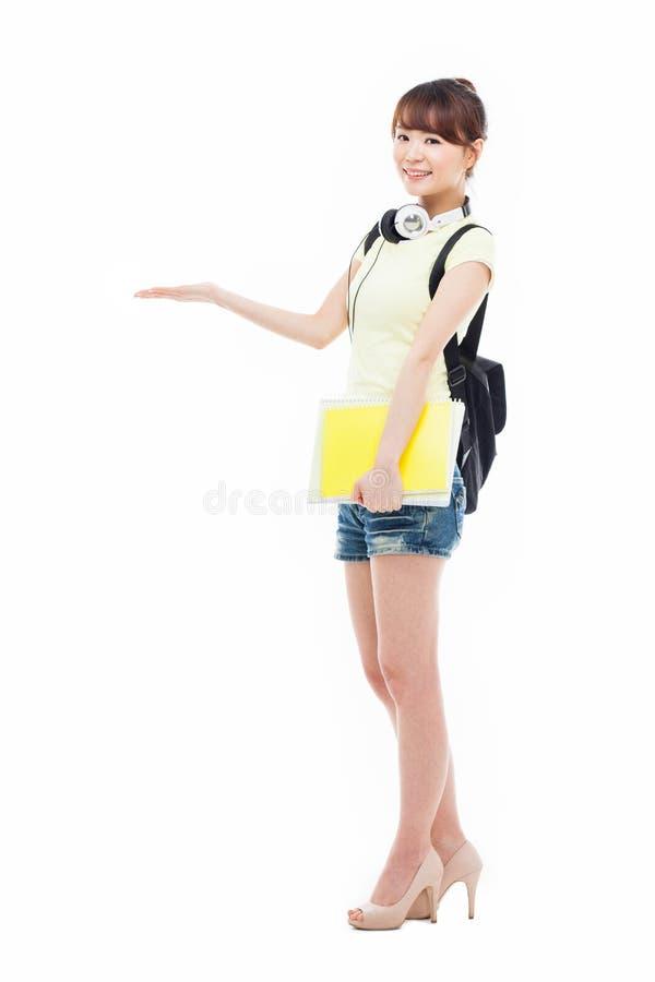 Молодая азиатская девушка студента указывая бортовой космос стоковое фото