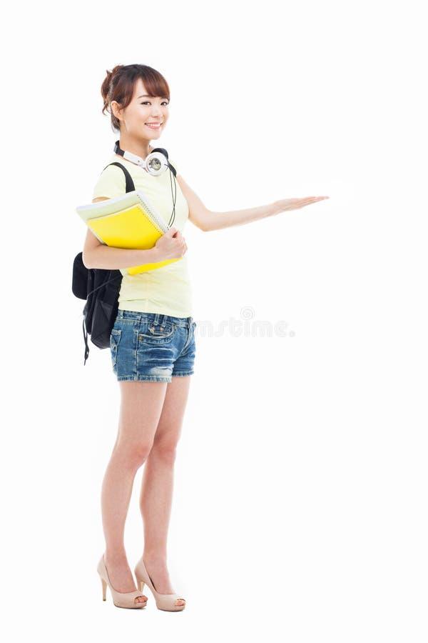 Молодая азиатская девушка студента указывая бортовой космос стоковая фотография