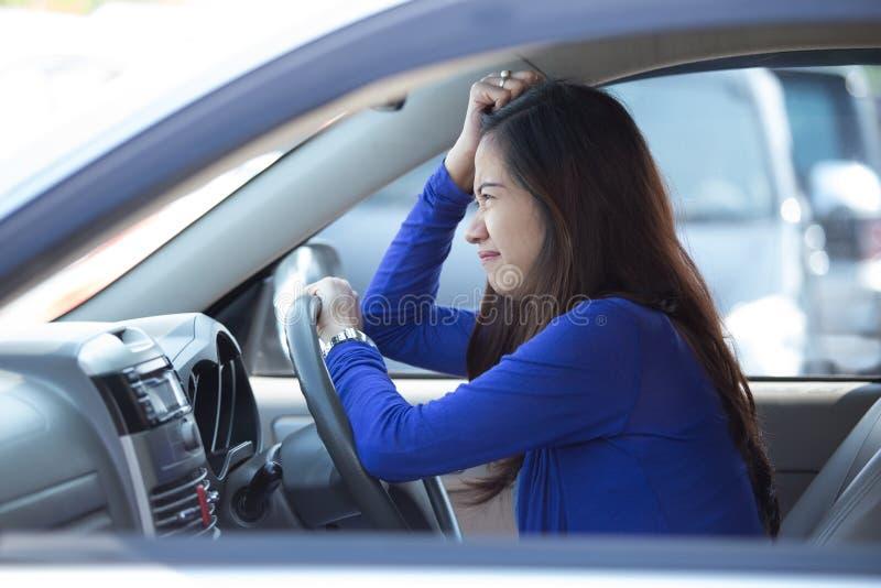 Молодая азиатская женщина на езде, расстроенный автомобиль, стоковая фотография
