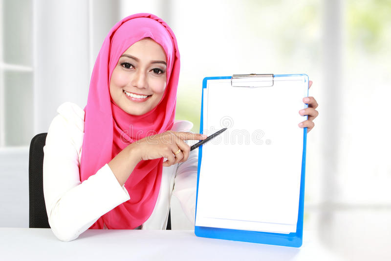 Молодая азиатская женщина показывая пустой документ стоковая фотография rf